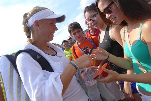 Caroline Wozniacki Signs Autographs